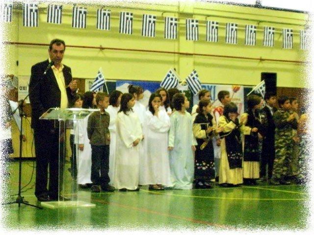 Παράδοση σημαίας από το διευθυντή του σχολείου κ. Αλέξη Ζυγούρη